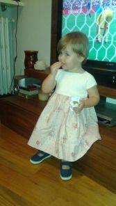 Esta es Carlota de dos años, luciendo nuestro clásico vestido de media y tela:  Mª Dulce! ¿no está monísima?